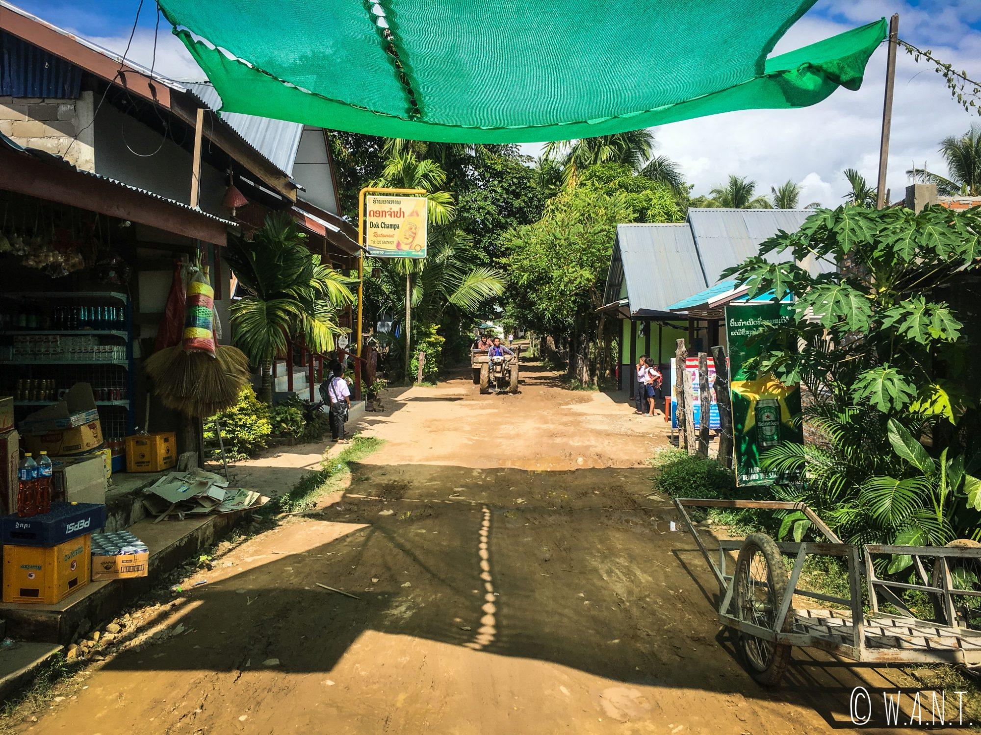 Motoculteur dans la rue principale de l'île de Don Khon