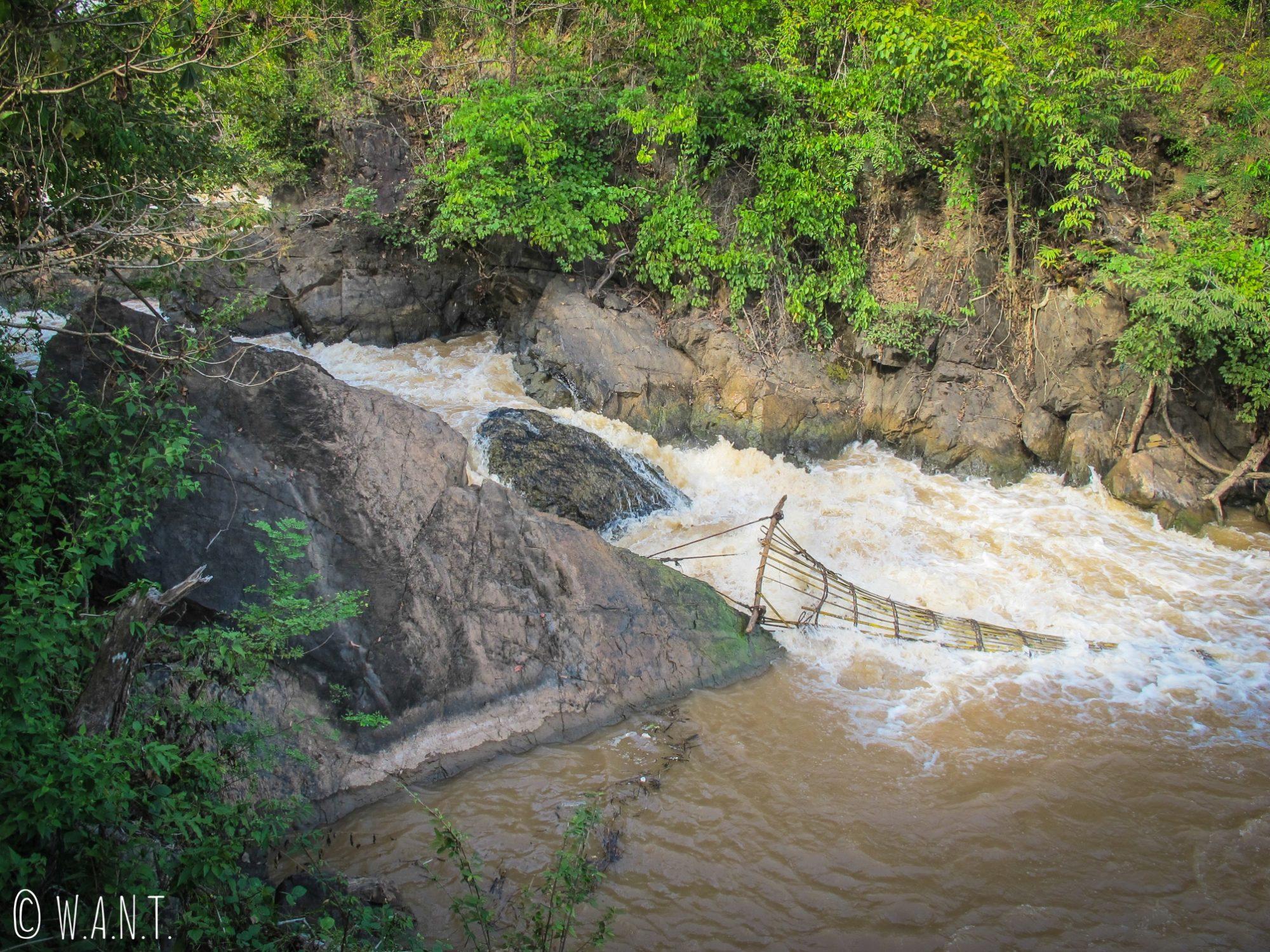 Nacelle pour la pêche installée dans le Mékong sur l'île de Don Khon