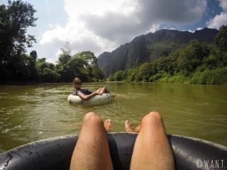 Nous sommes seuls sur la rivière Nam Xong pendant notre descente de tubing à Vang Vieng