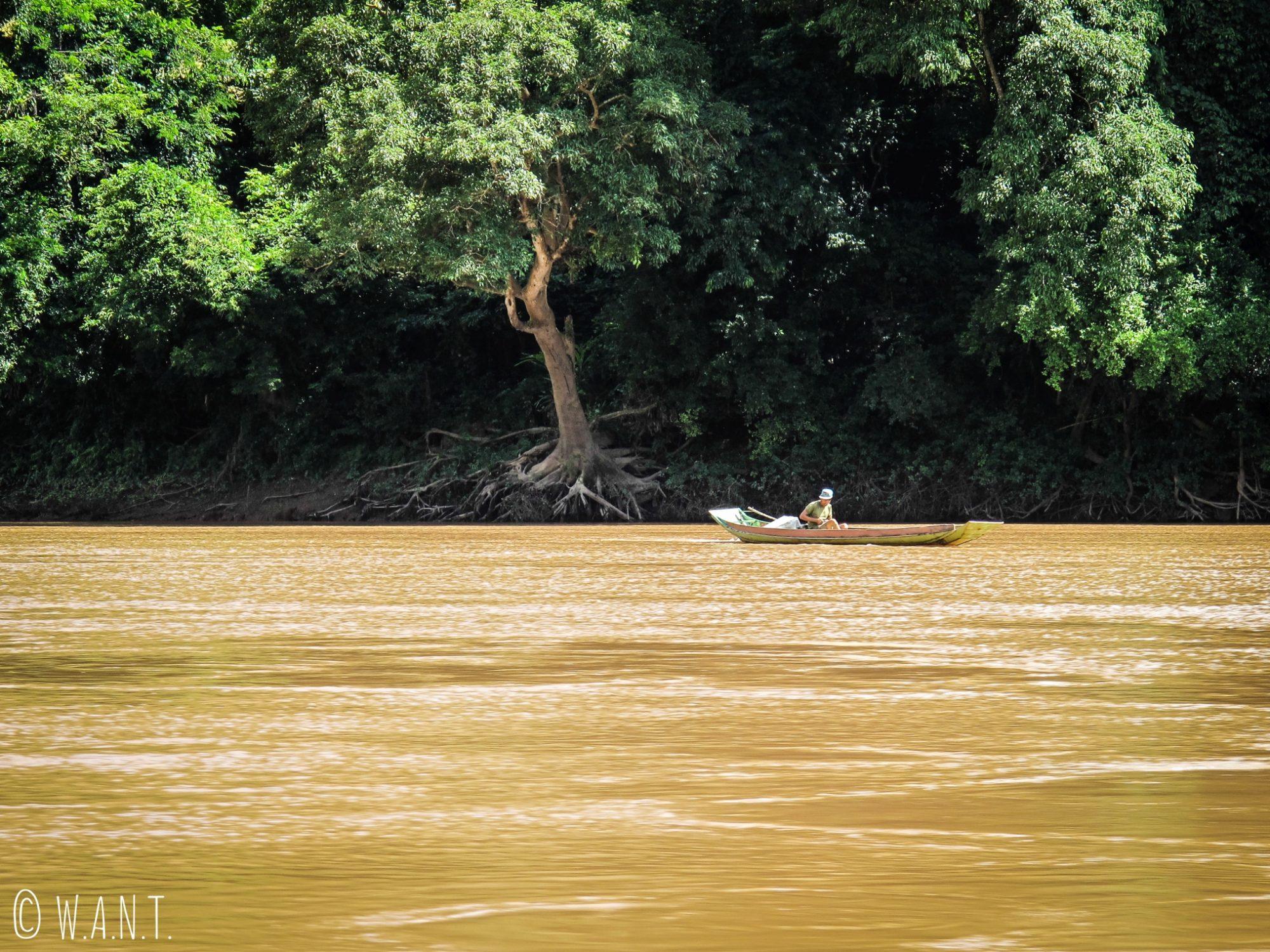 Pêcheur sur la rivière Nam Ou près de Nong Khiaw