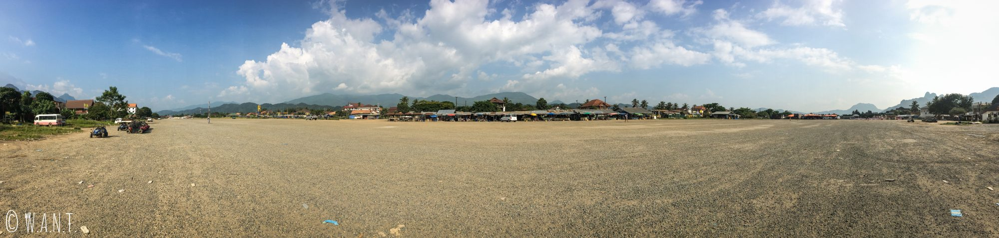 Panorama sur l'ancienne piste de l'aéroport de Vang Vieng