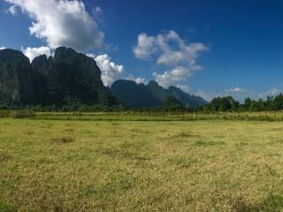 Panorama sur les rizières et les pics karstiques de Vang Vieng