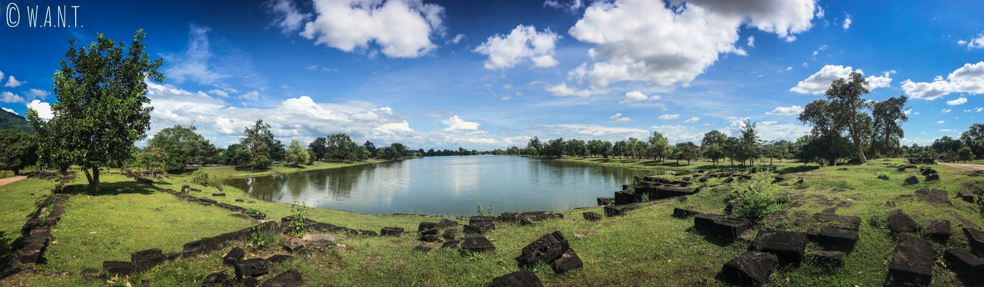 Panorama sur l'un des deux lacs artificiels du site de Vat Phou