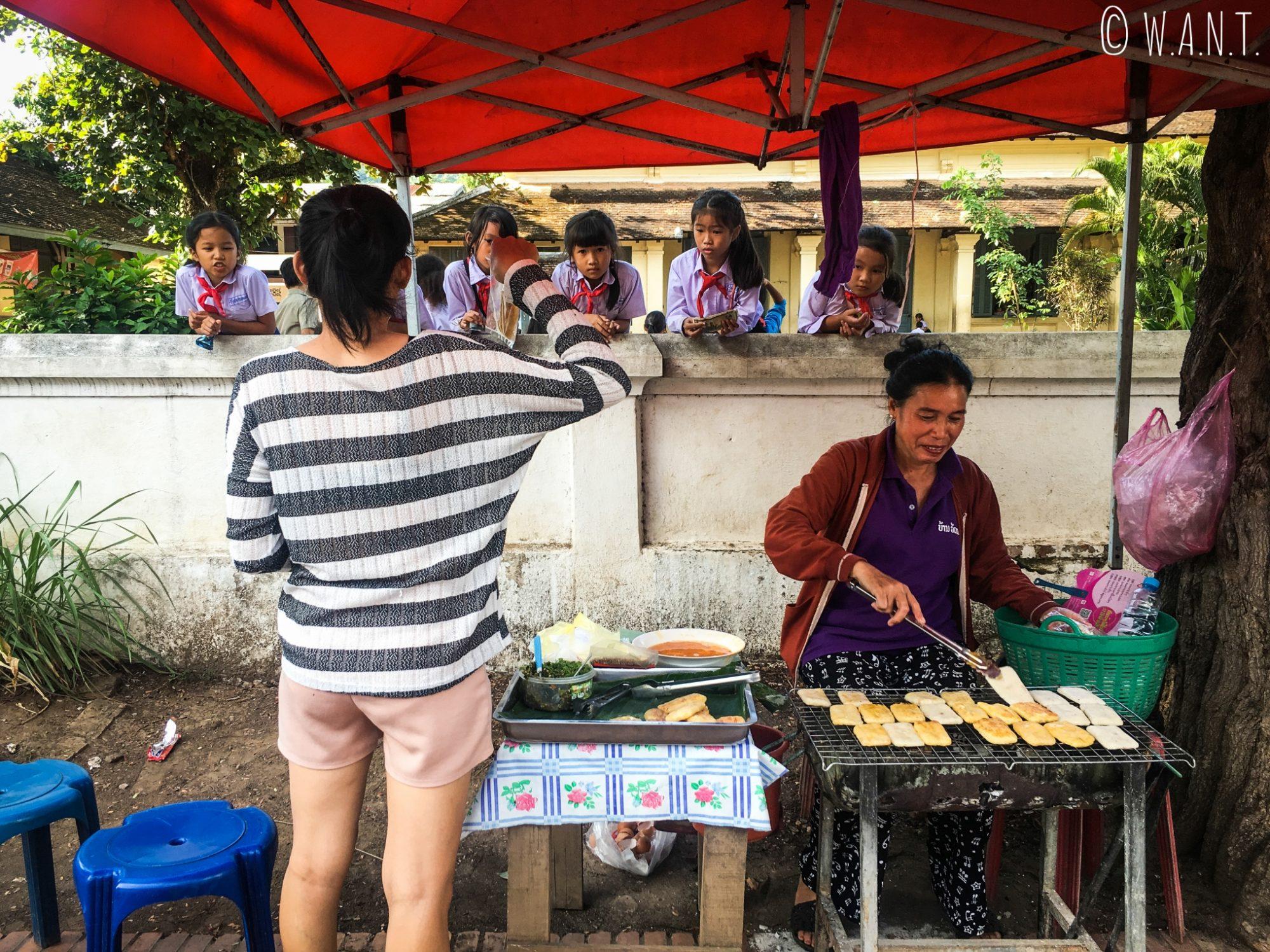 Pause pour le goûter dans une école primaire de Luang Prabang