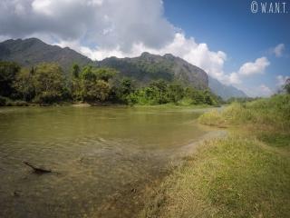 Paysage de pics karstiques autour de la rivière Nam Xong à Vang Vieng