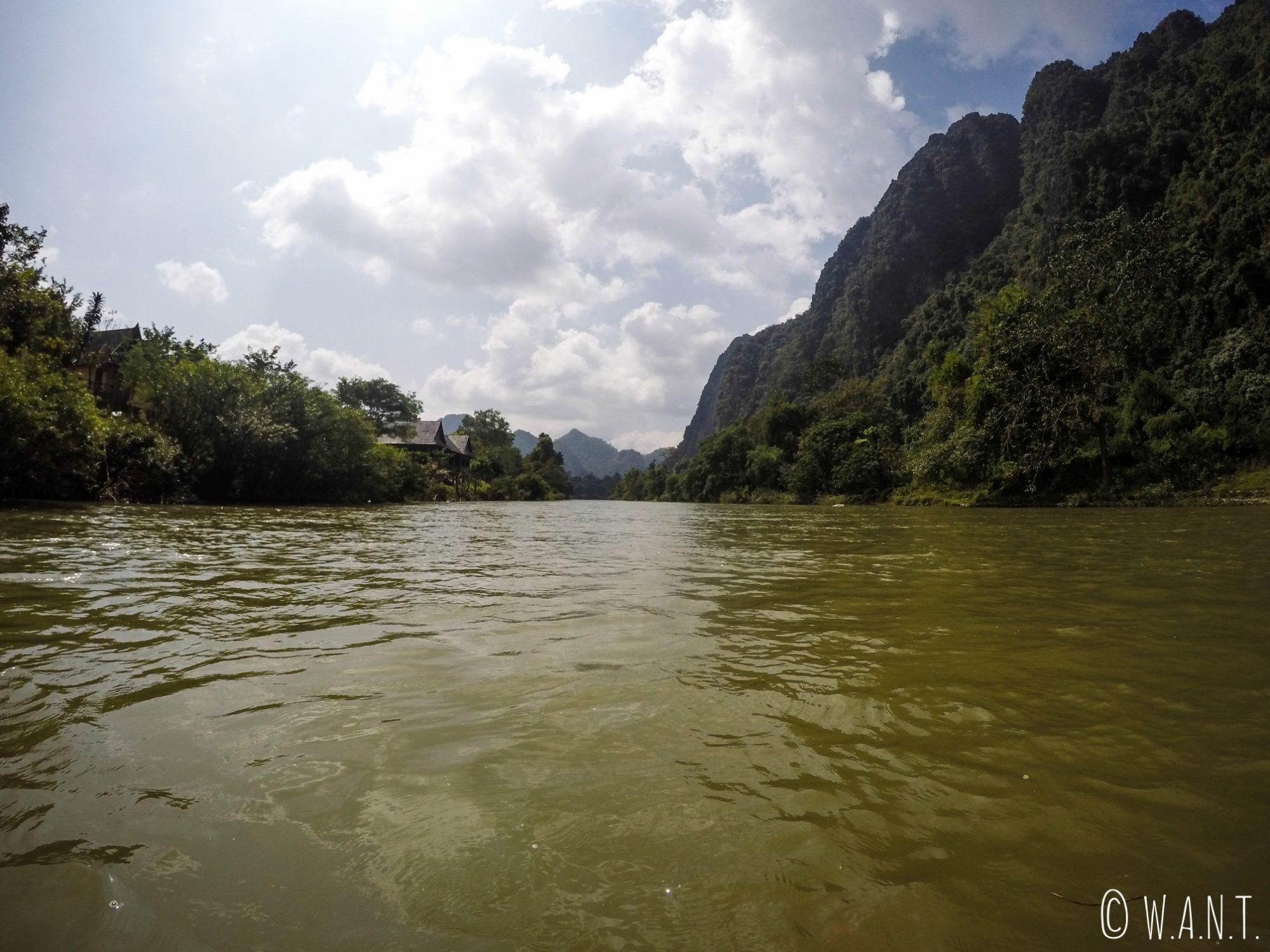 Paysage depuis nos bouées sur la rivière Nam Xong de Vang Vieng