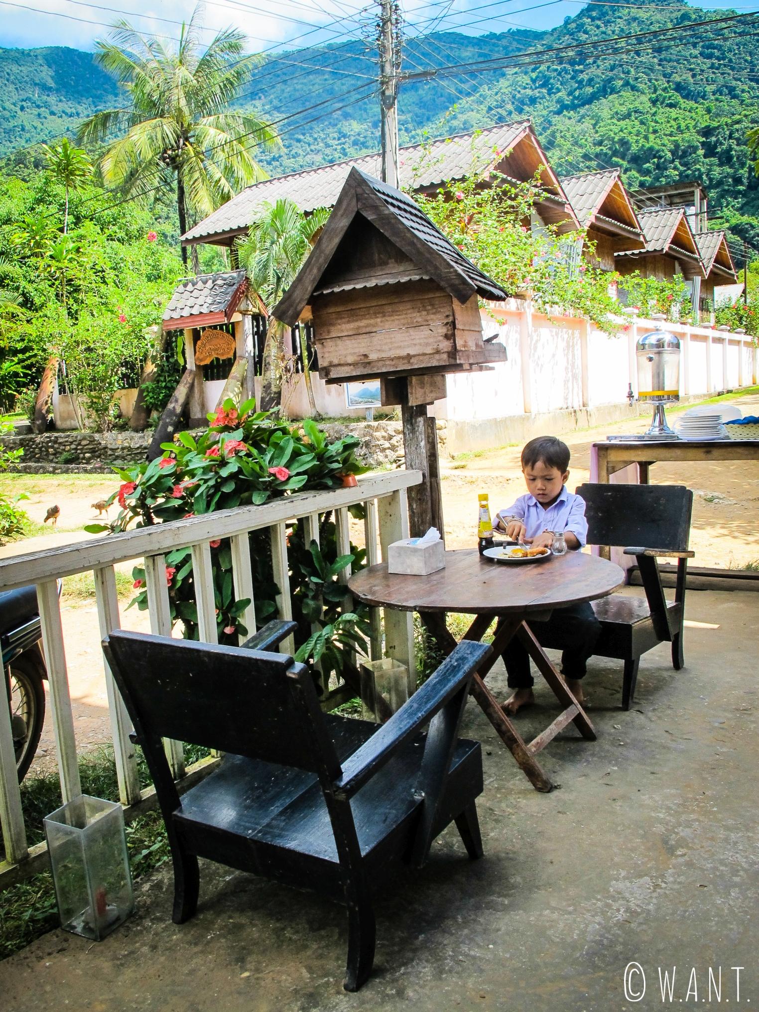 Petit-déjeuner de champion dans le village de Muang Ngoi
