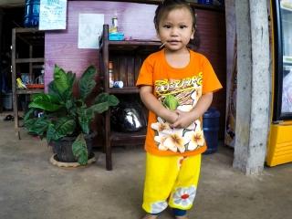 Petite fille des propriétaires de notre guesthouse à Konglor