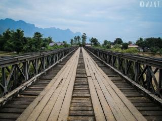 Pont en bois à traverser sur la route de Konglor à Nahin