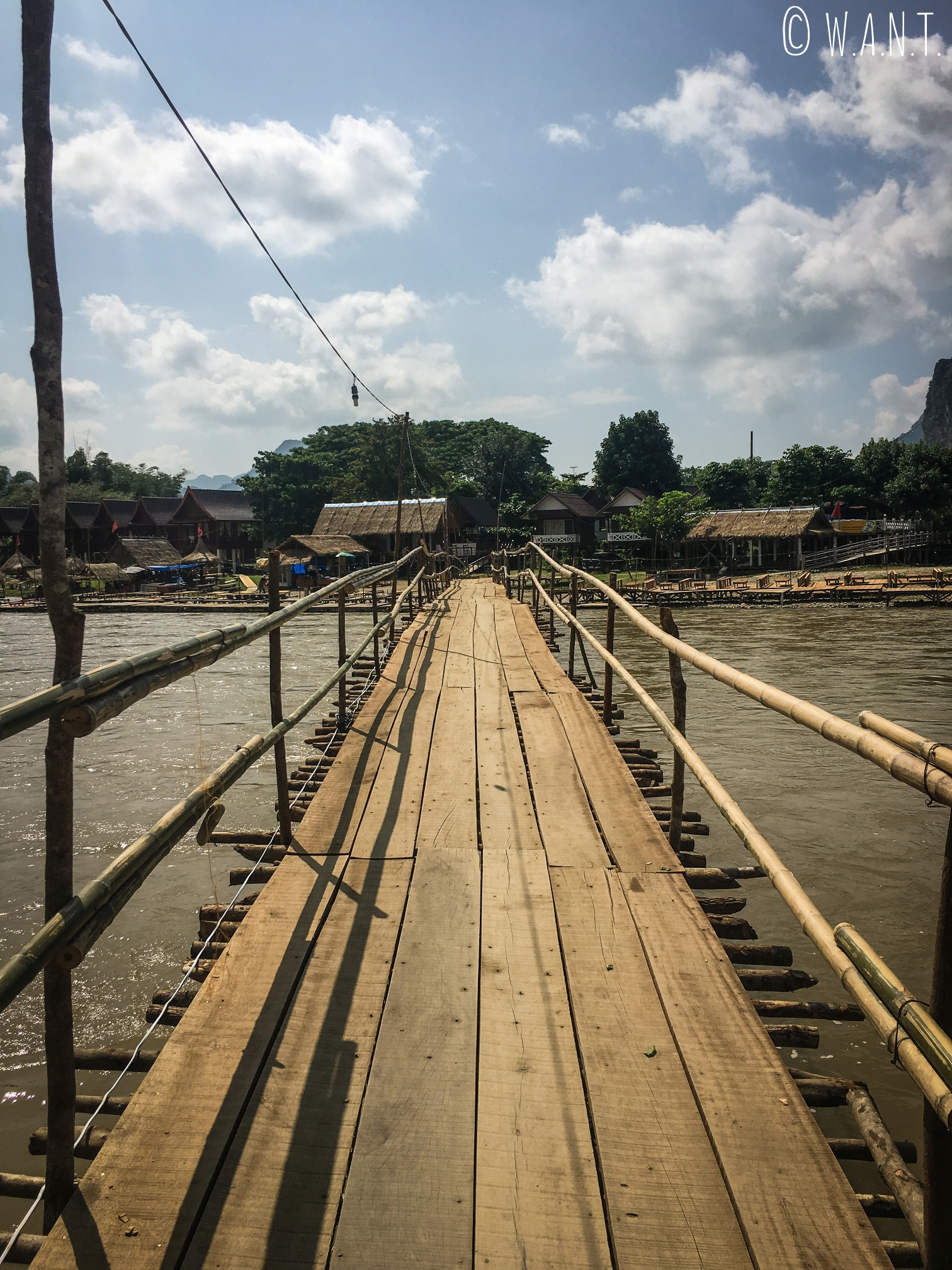 Pont en bois et gratuit permettant de traverser la rivière Nam Xong à Vang Vieng