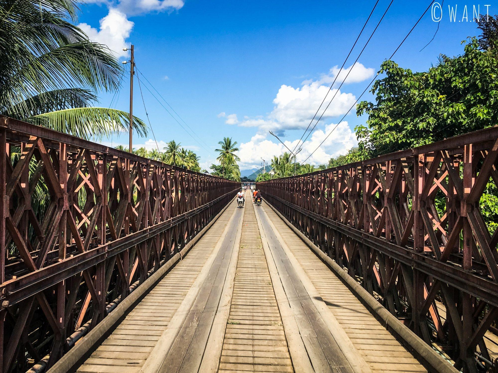 Pont permettant de rejoindre la gare routière nord au centre-ville de Luang Prabang