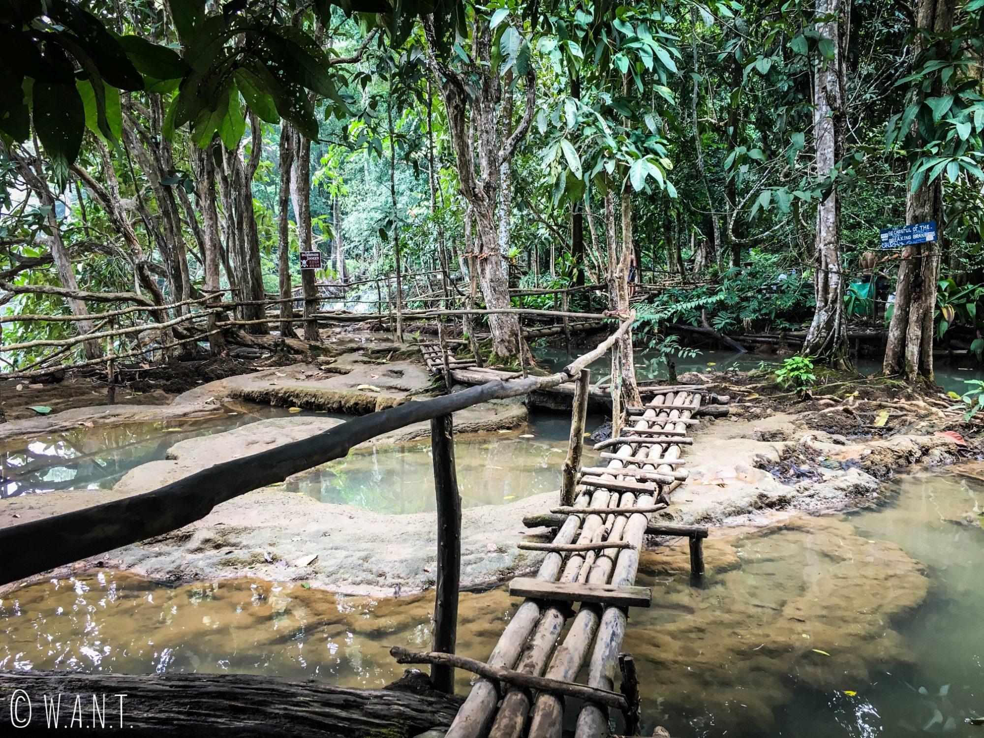 Portion de chemin permettant de monter au sommet de la cascade Kuang Si de Luang Prabang