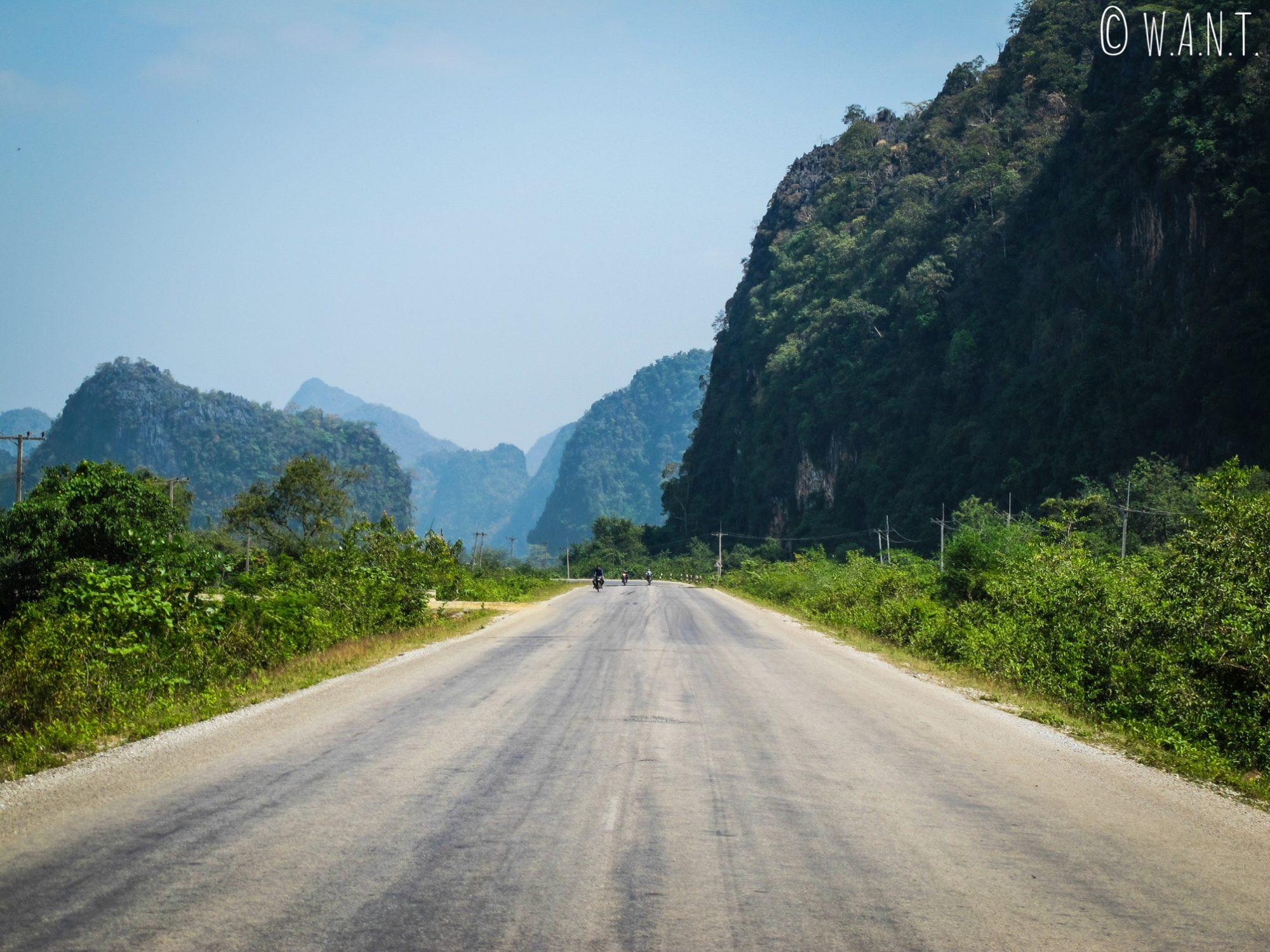 Route bordée de pics karstiques entre Thakhek et Tha Lang