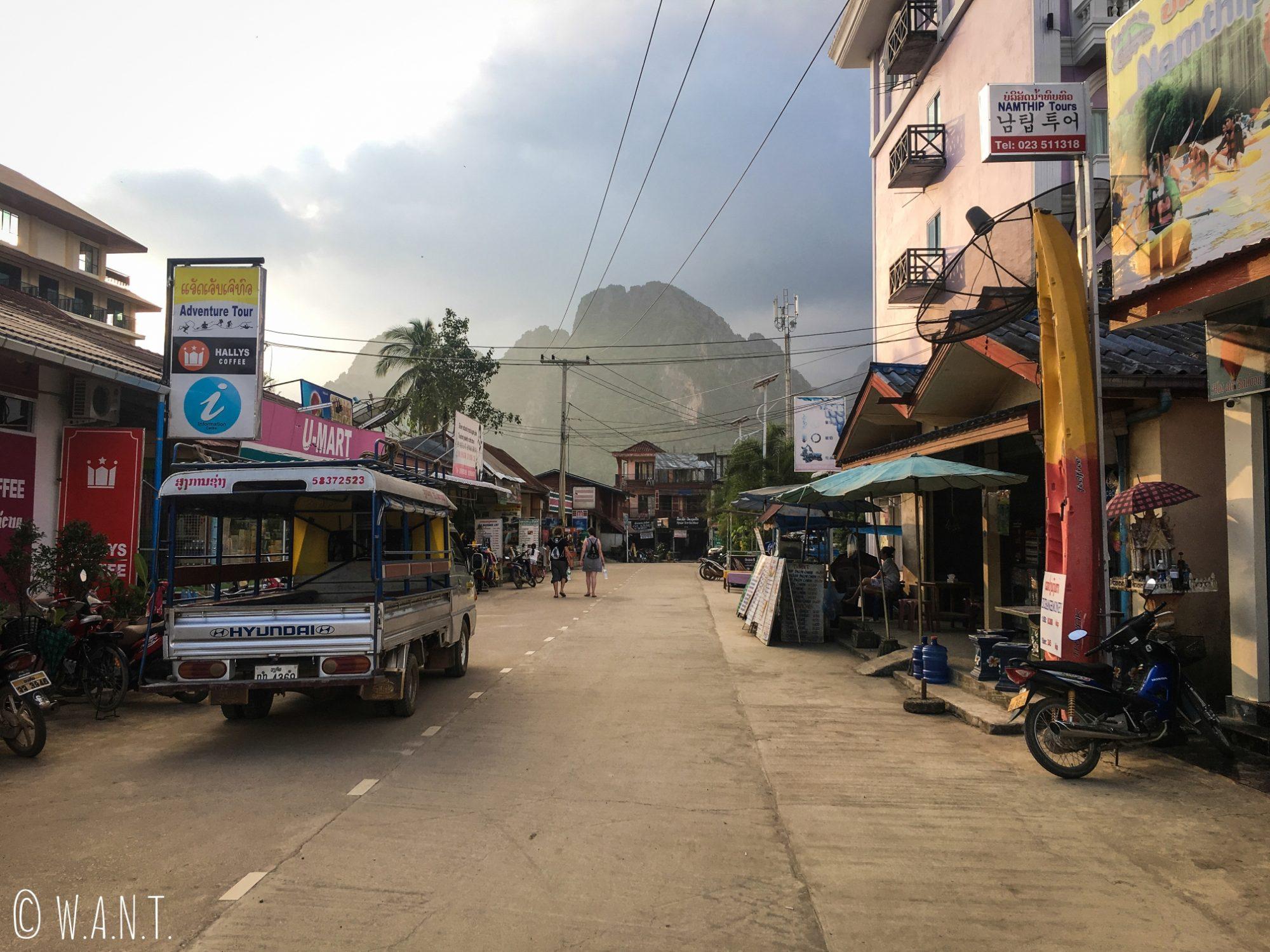 Rue du centre-ville de Vang Vieng