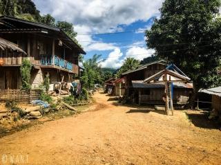 Rue principale du village de Ban Na
