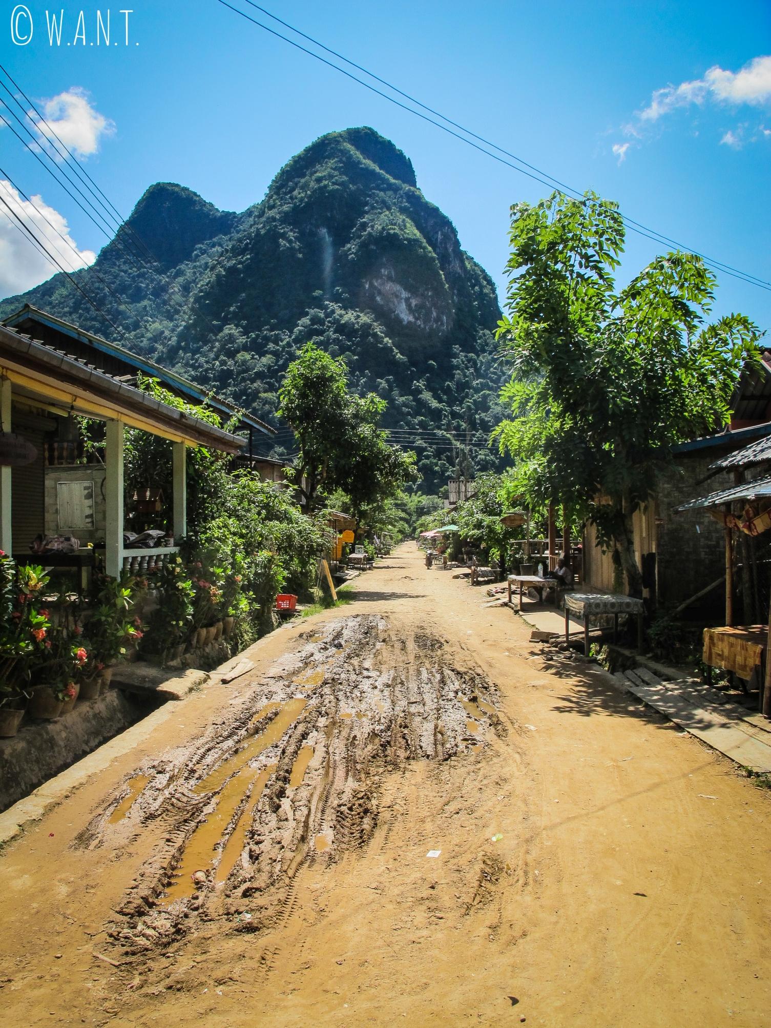 Rue principale du village de Muang Ngoi