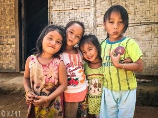 Fillettes posant sous l'objectif de Benjamin dans le village de Ban Na