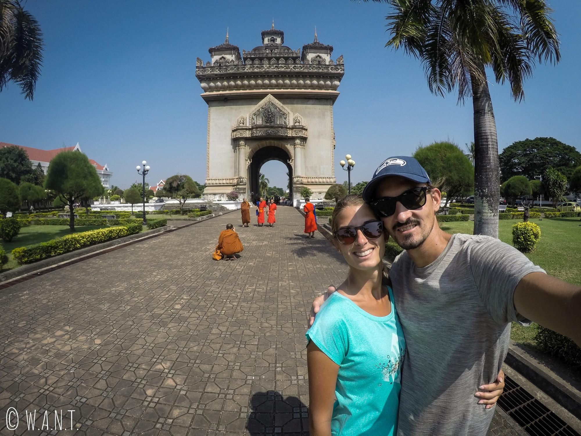 Selfie devant le Patuxai de Vientiane