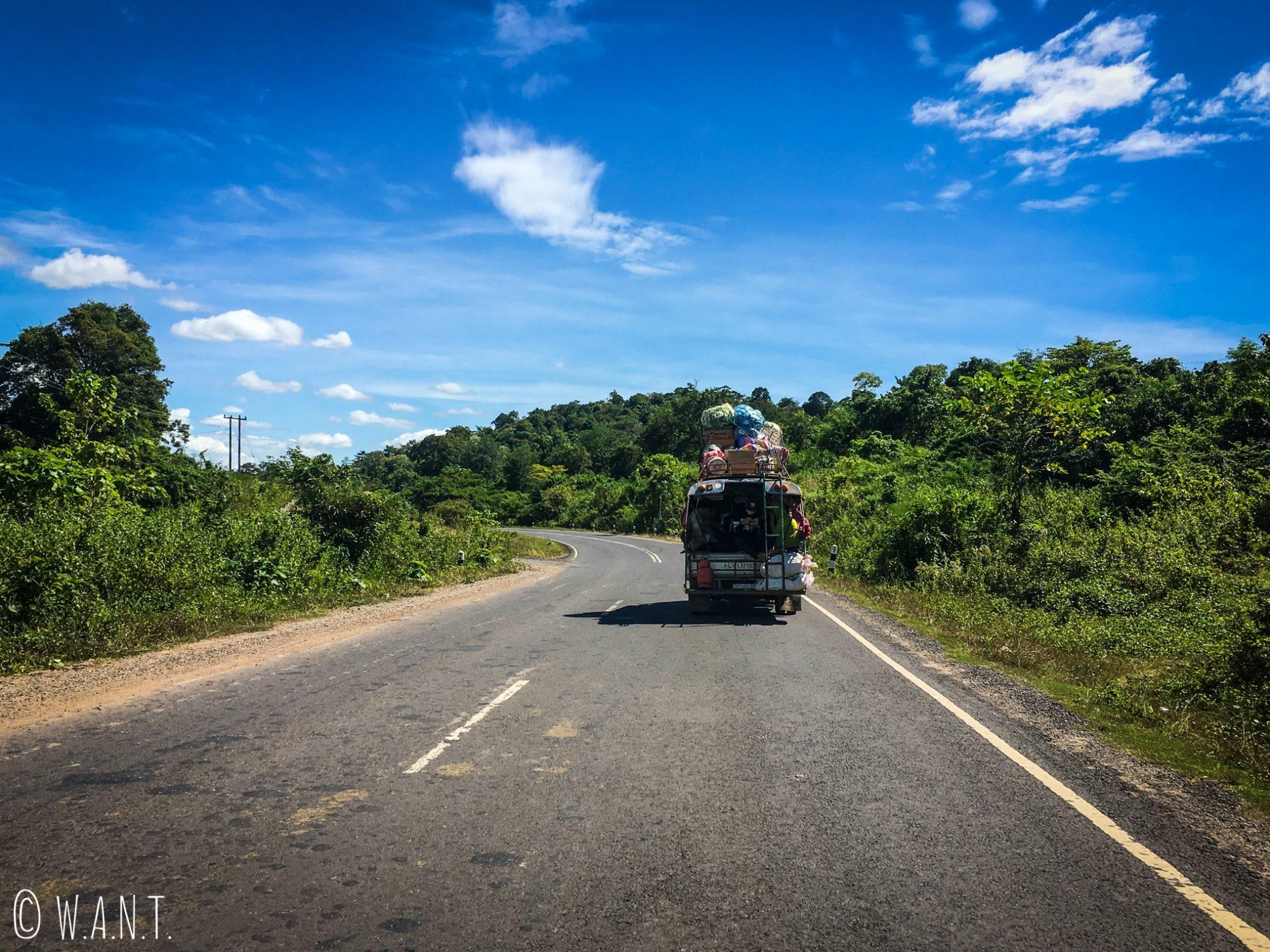Songthaew bien chargé sur la route entre Paksé et le site Unesco Vat Phou
