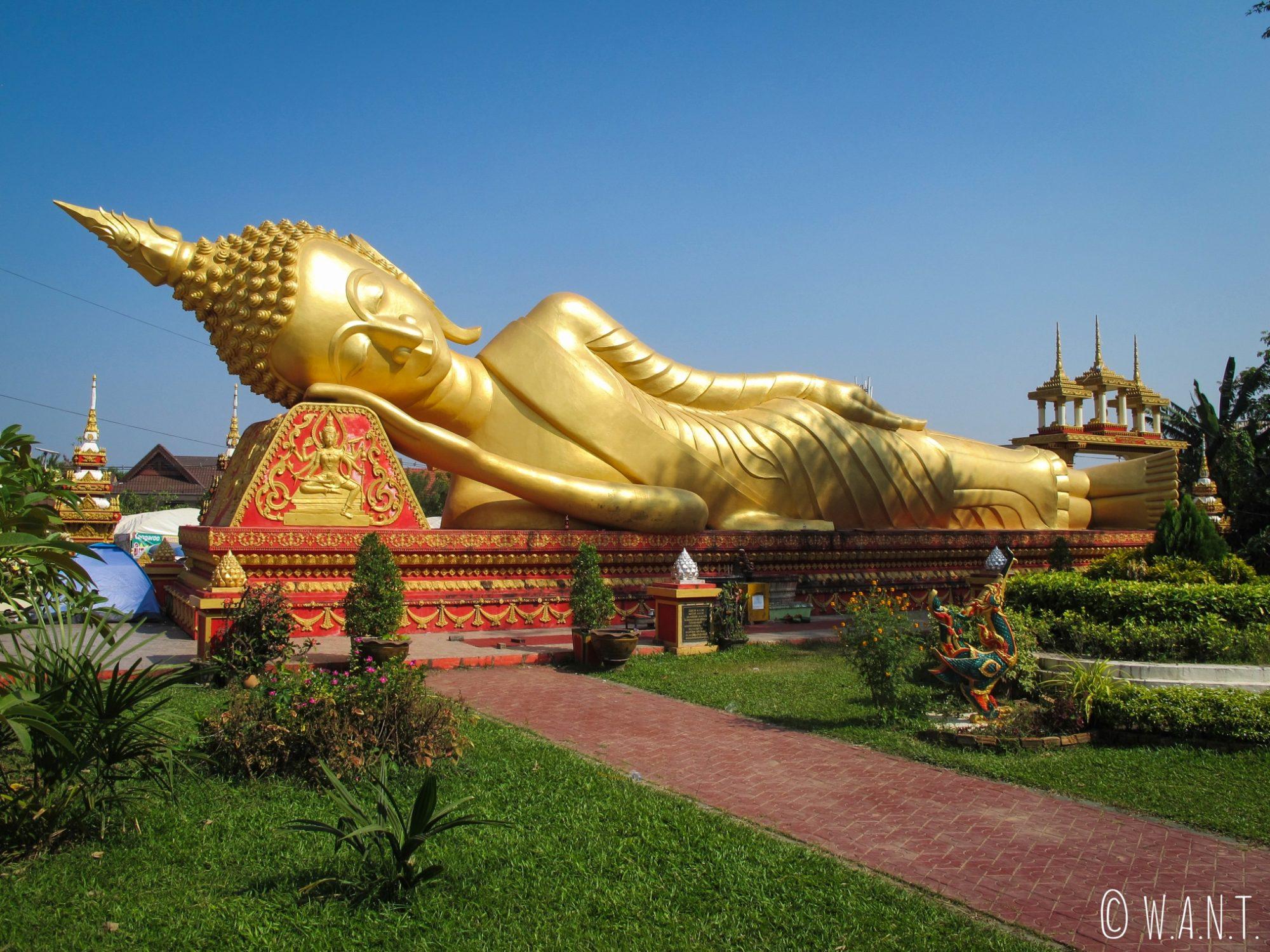 Statue de Bouddha allongé à côté du Pha That Luang de Vientiane