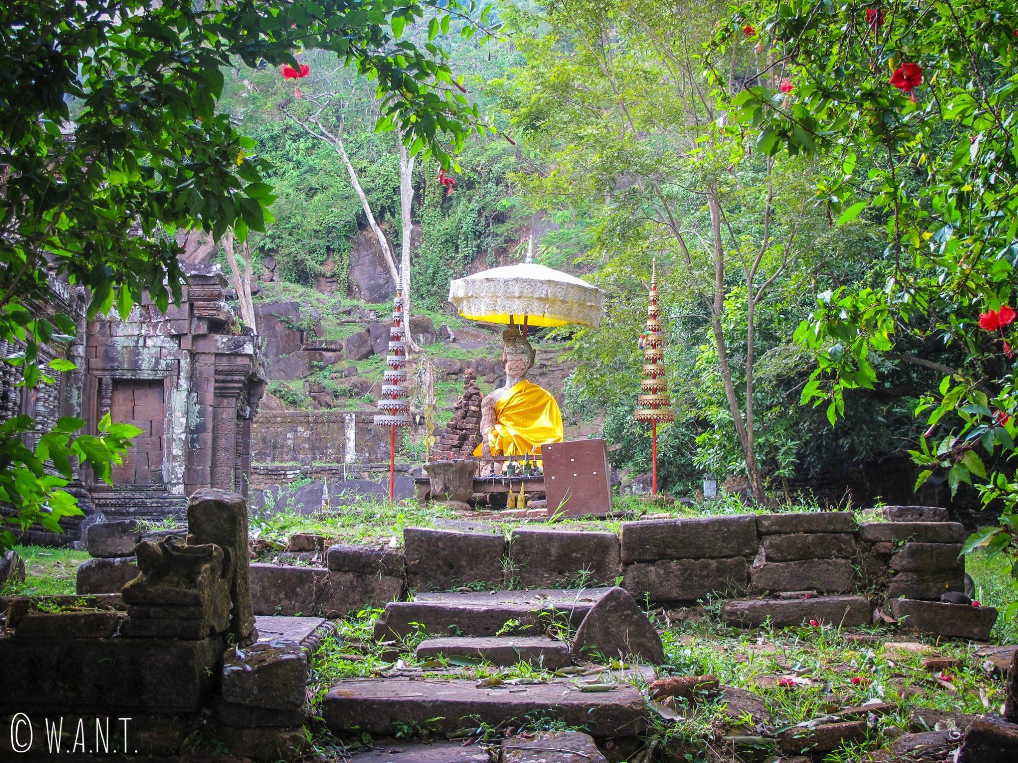 Statue de Bouddha en extérieur sur le sanctuaire de Vat Phou