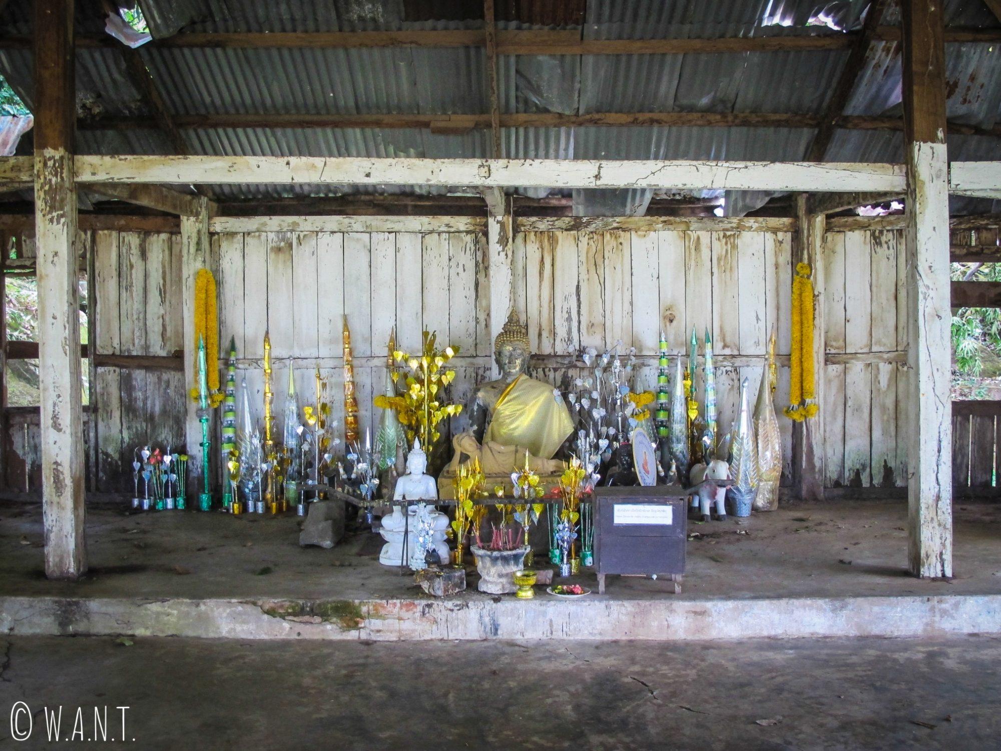 Statue de Bouddha sur le sanctuaire du site Vat Phou