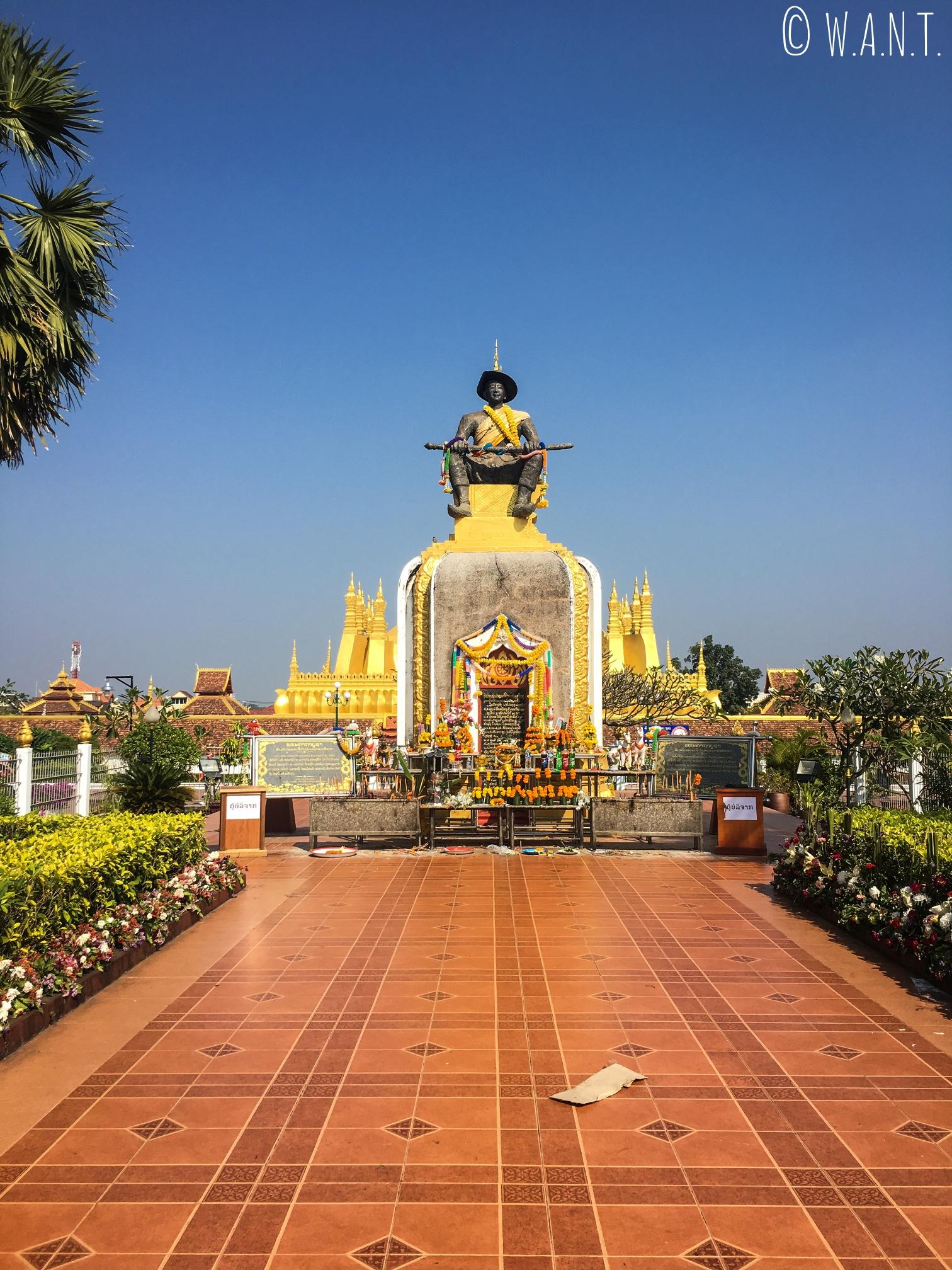 Statue du roi Setthathirat devant le Pha That Luang à Vientiane