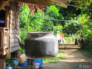 Théière accrochée à l'extérieur d'une maison sur l'île de Don Khon