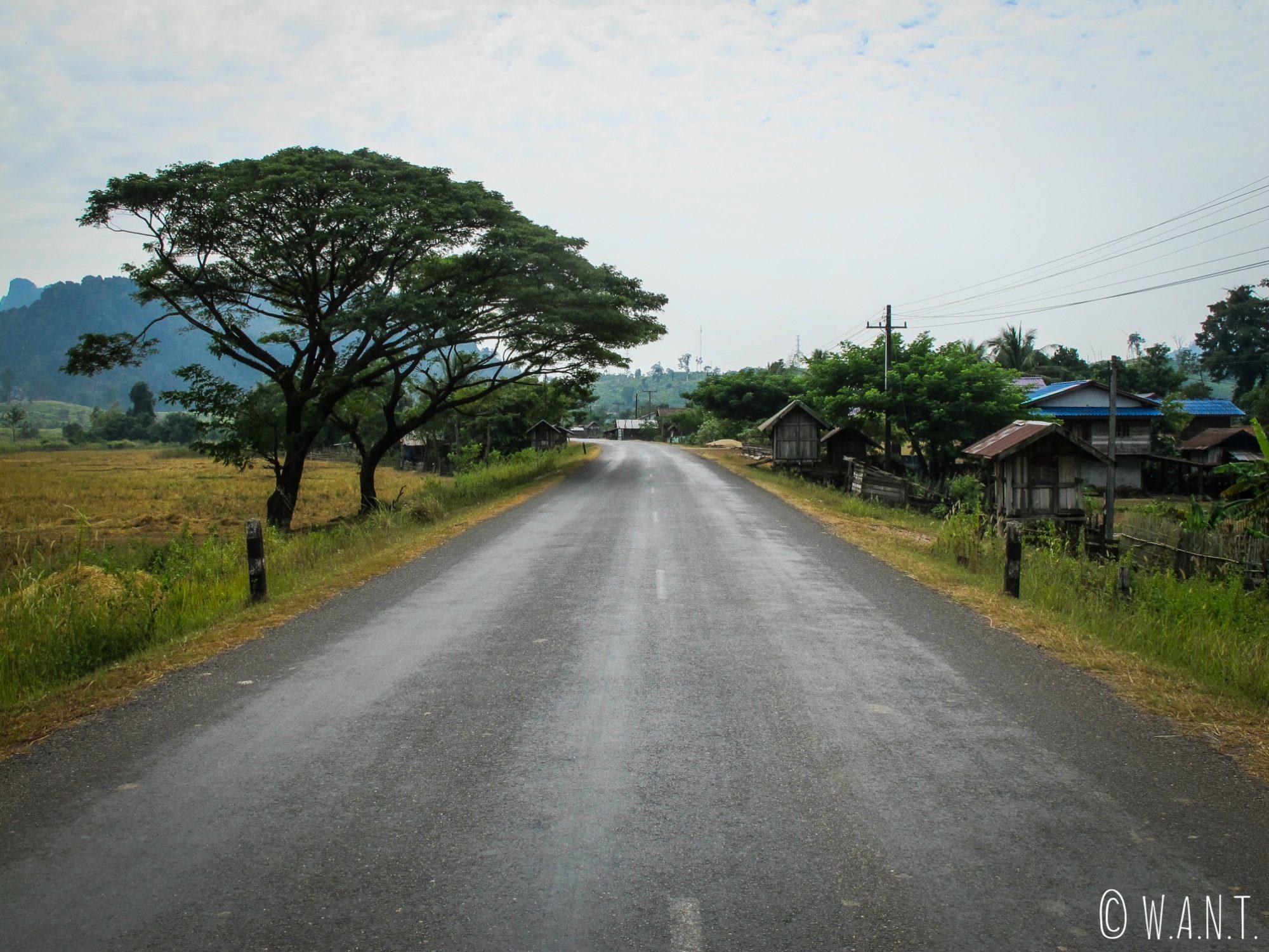 Traversée de village sur la route de Nahin à Thakhek
