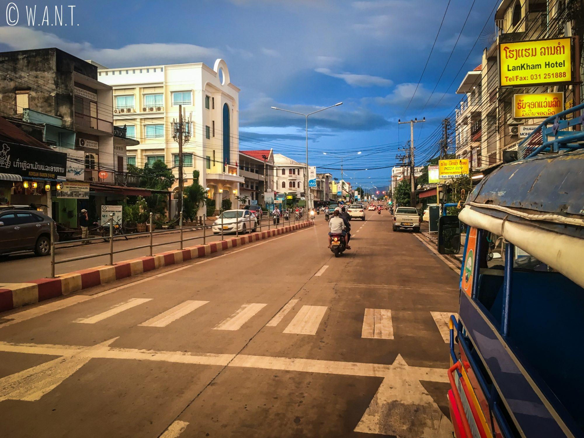 Une des rues principales de la ville laotienne de Paksé