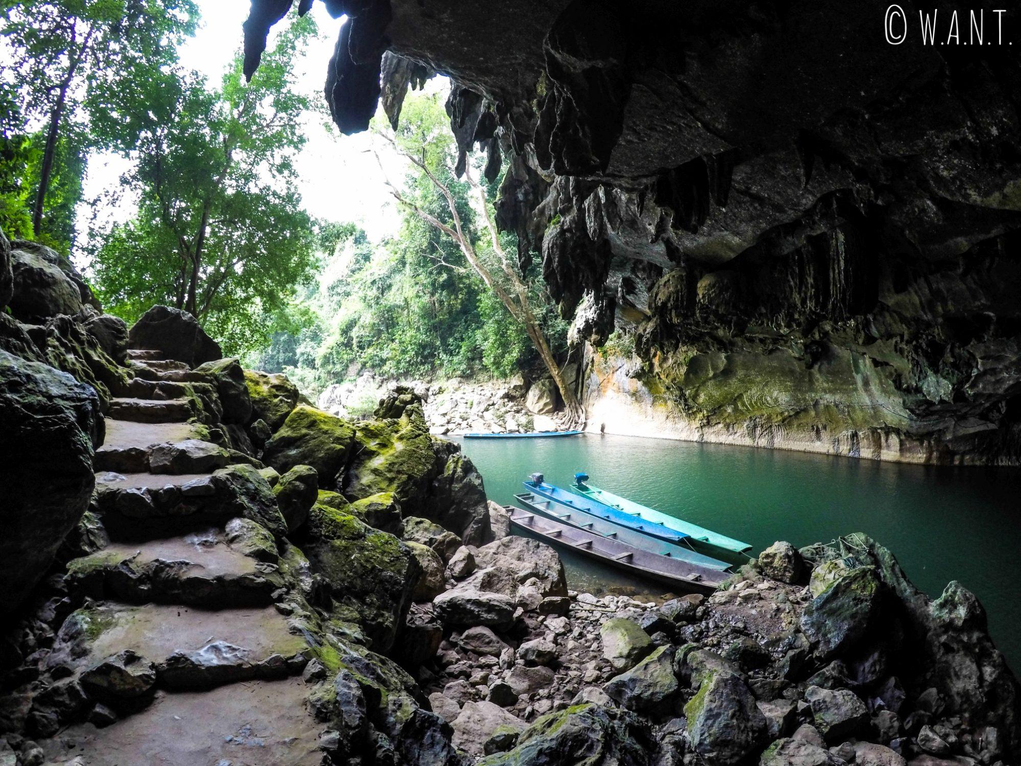 Vue depuis l'intérieur de la grotte de Konglor