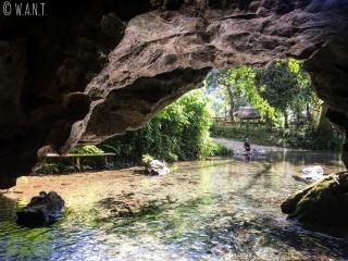 Vue depuis l'intérieur de la grotte de Tham Kang à Muang Ngoi