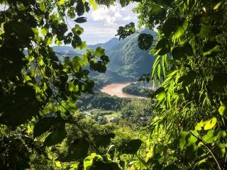 Vue sur la rivière Nam Ou depuis le chemin menant au point de vue Ban Sop Houn à Nong Khiaw