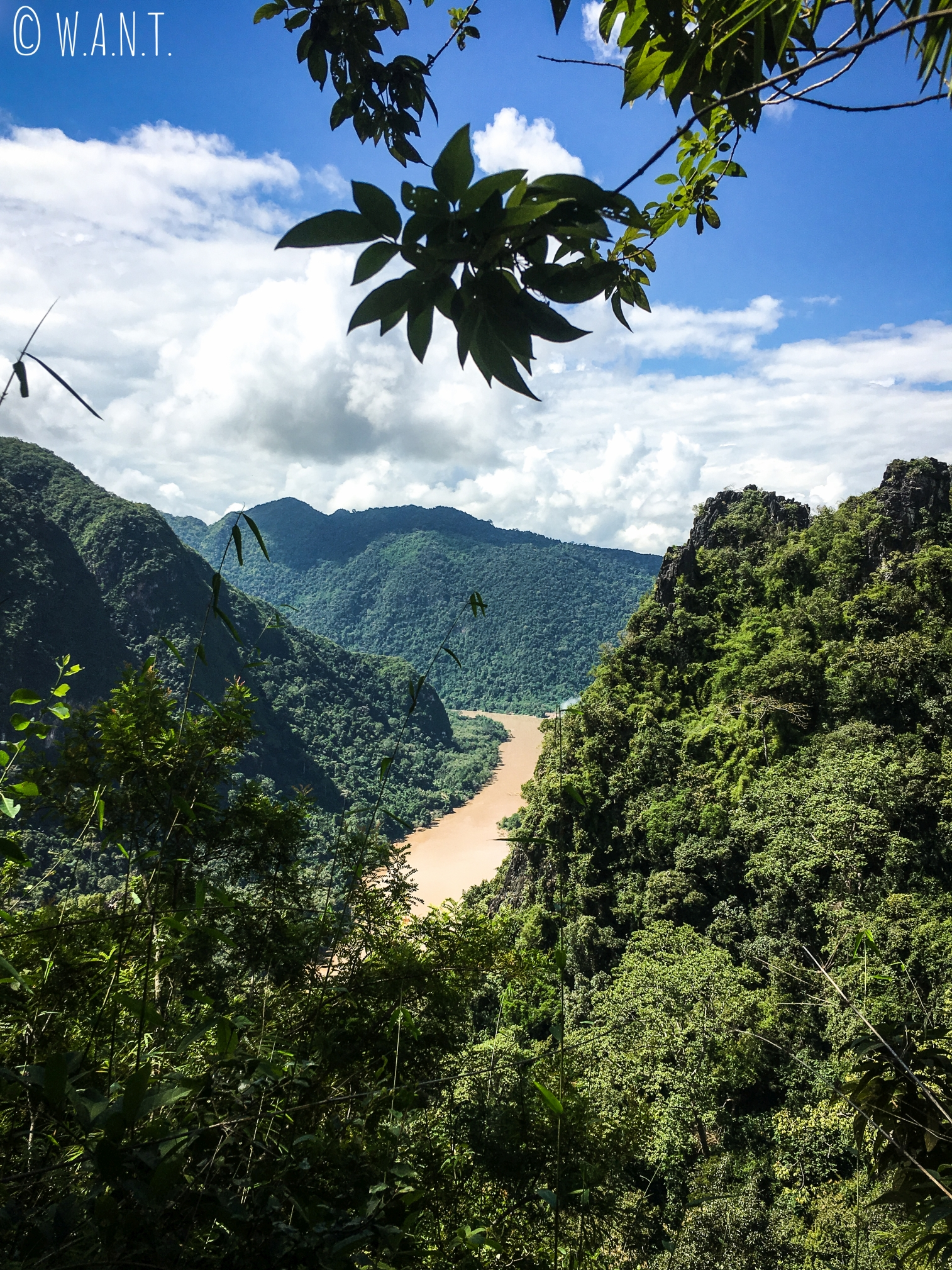 Vue sur la rivière Nam Ou depuis le chemin pour accéder au point de vue Nang None de Nong Khiaw