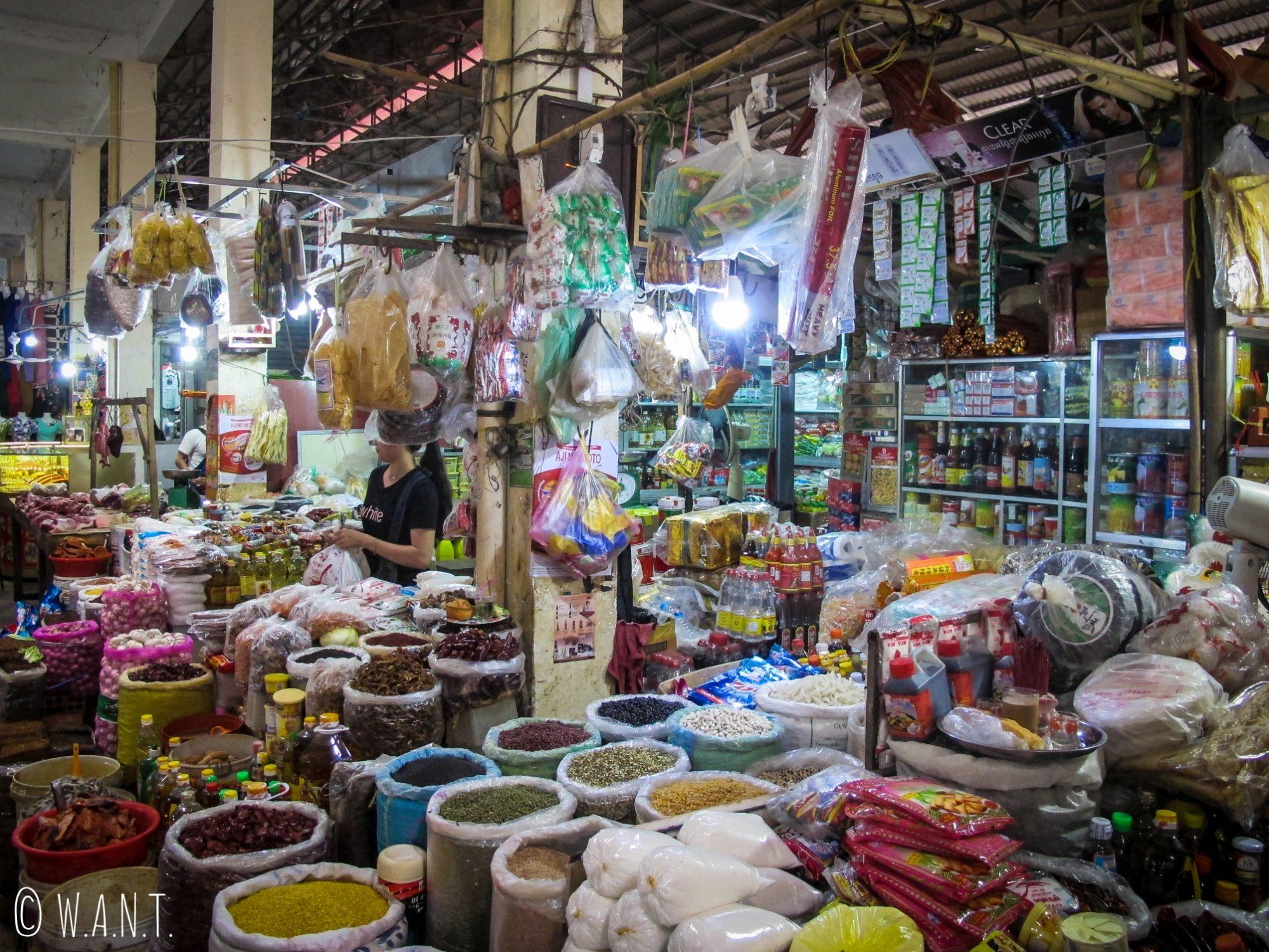 Épices et produits secs au marché couvert de Kratie