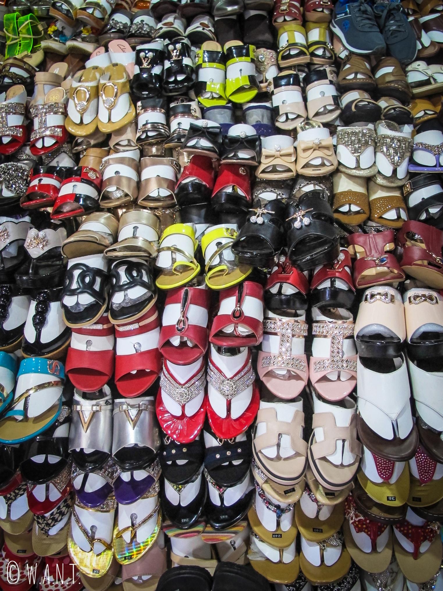 Étal de chaussures dans le marché couvert de Kratie