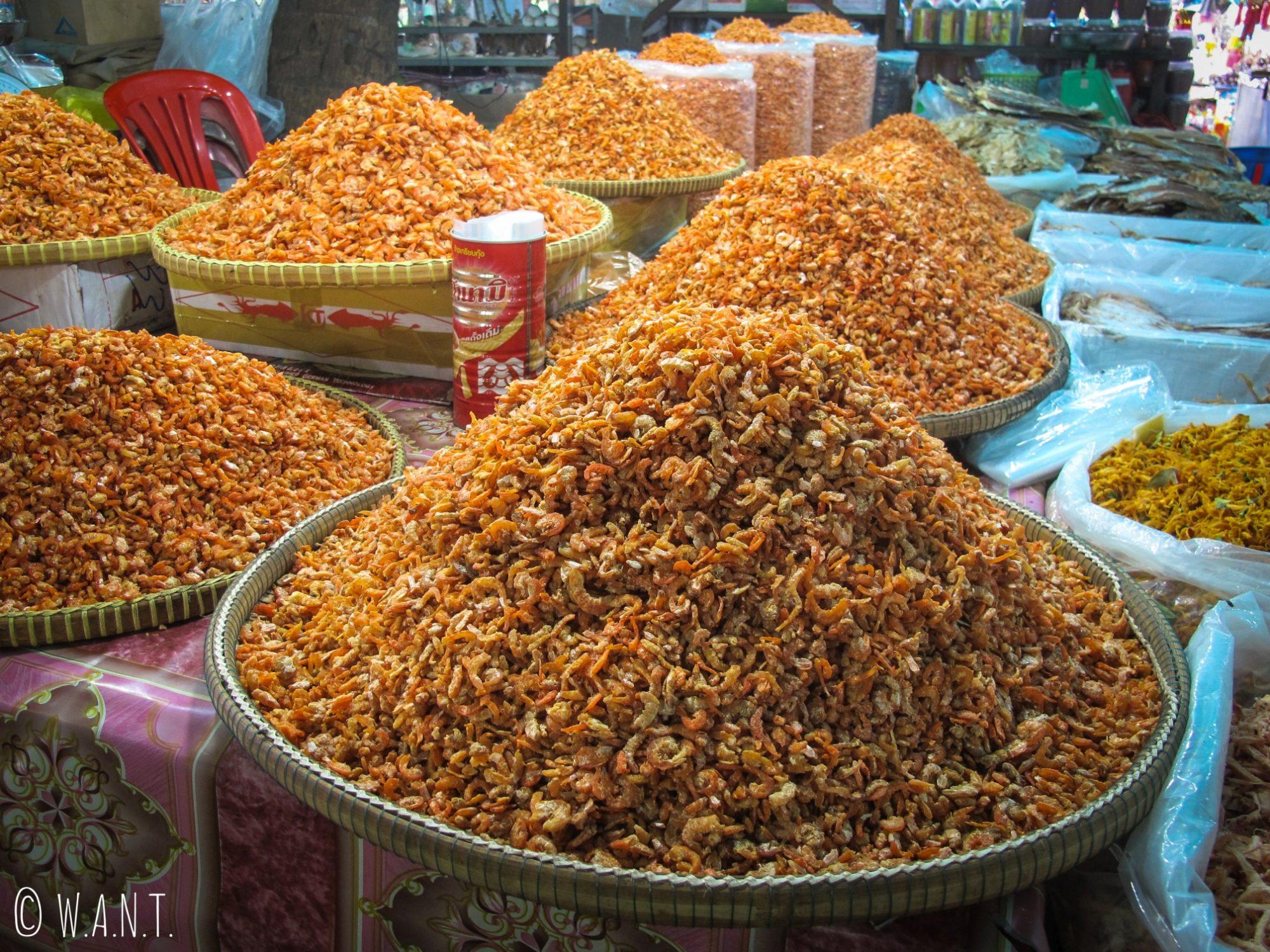 Étal de crevettes séchées sur le marché aux crabes de Kep