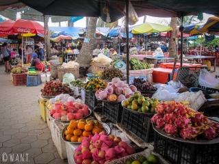 Étal de fruits sur le marché aux crabes de Kep