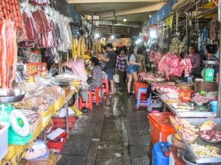 Allée d'échoppes de produits frais au Marché Central de Phnom Penh