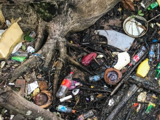 Amas de déchets à M'Pai Bay sur Koh Rong Sanloem