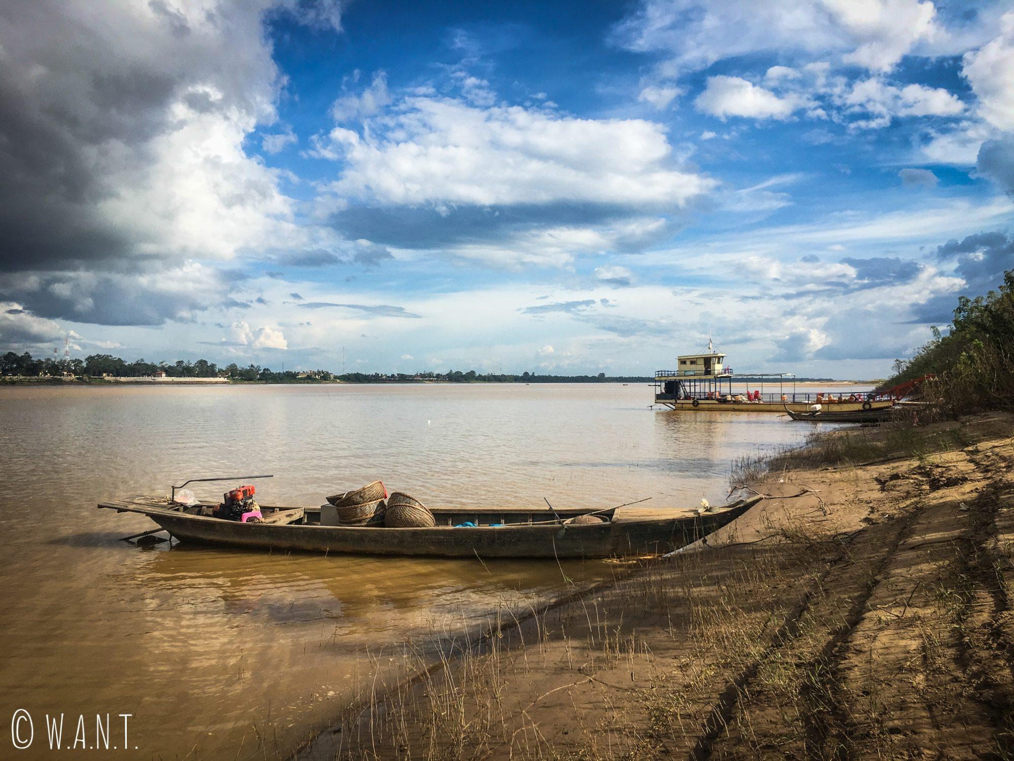 Bateaux accostés sur la rive de l'île de Koh Trong