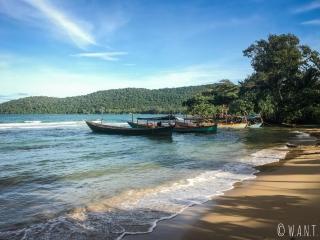 Bateaux de pêcheurs sur la plage de M'Pai Bay à Koh Rong Sanloem