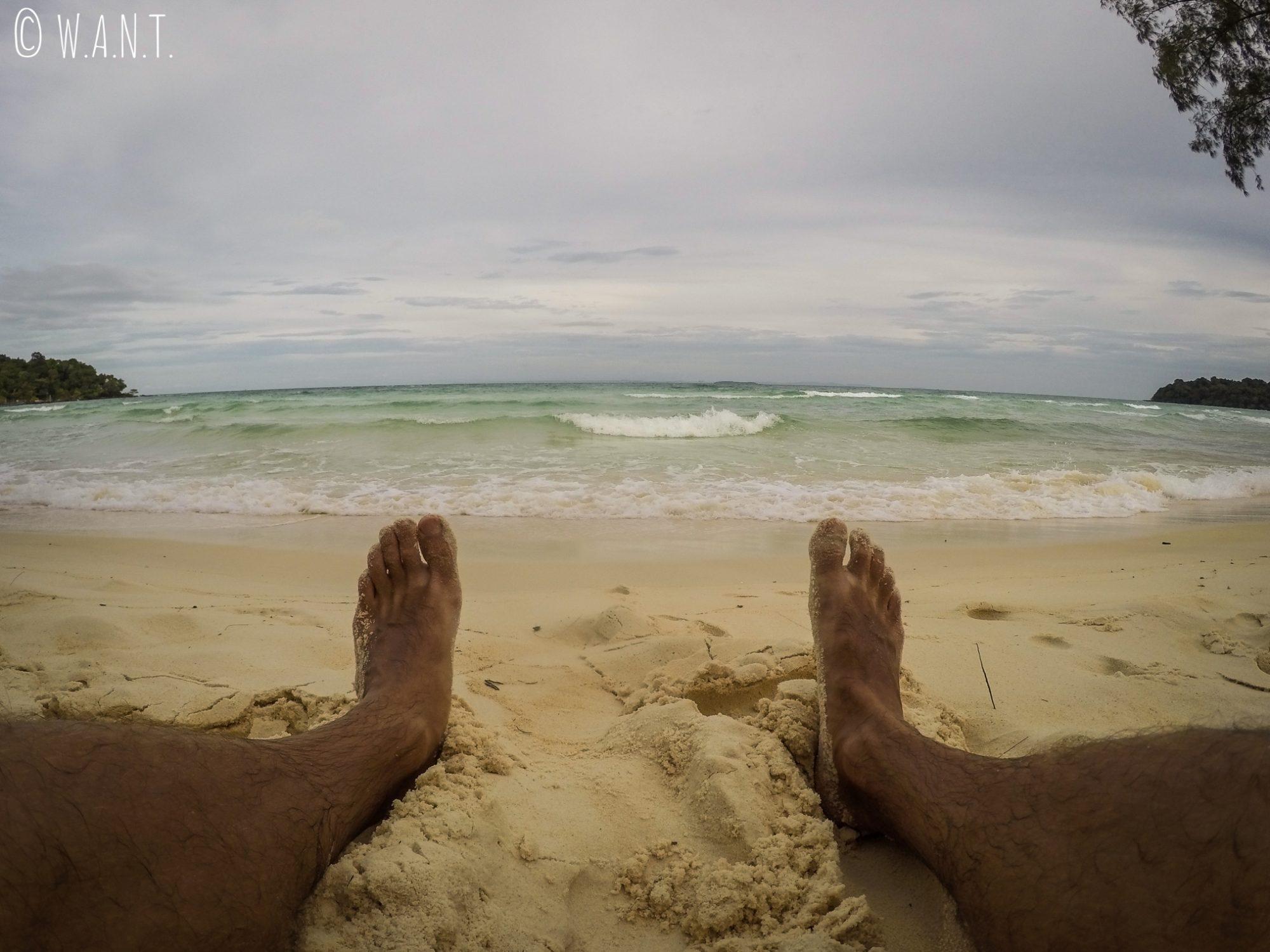 Benjamin profite du sable blanc et fin de Clear Water Bay à Koh Rong Sanloem