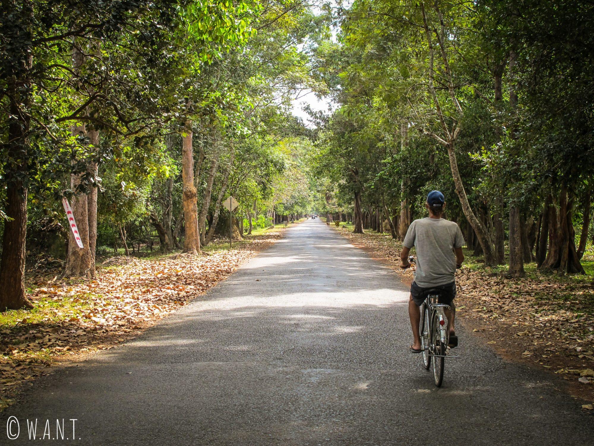 Benjamin sur son vélo durant la visite d'Angkor