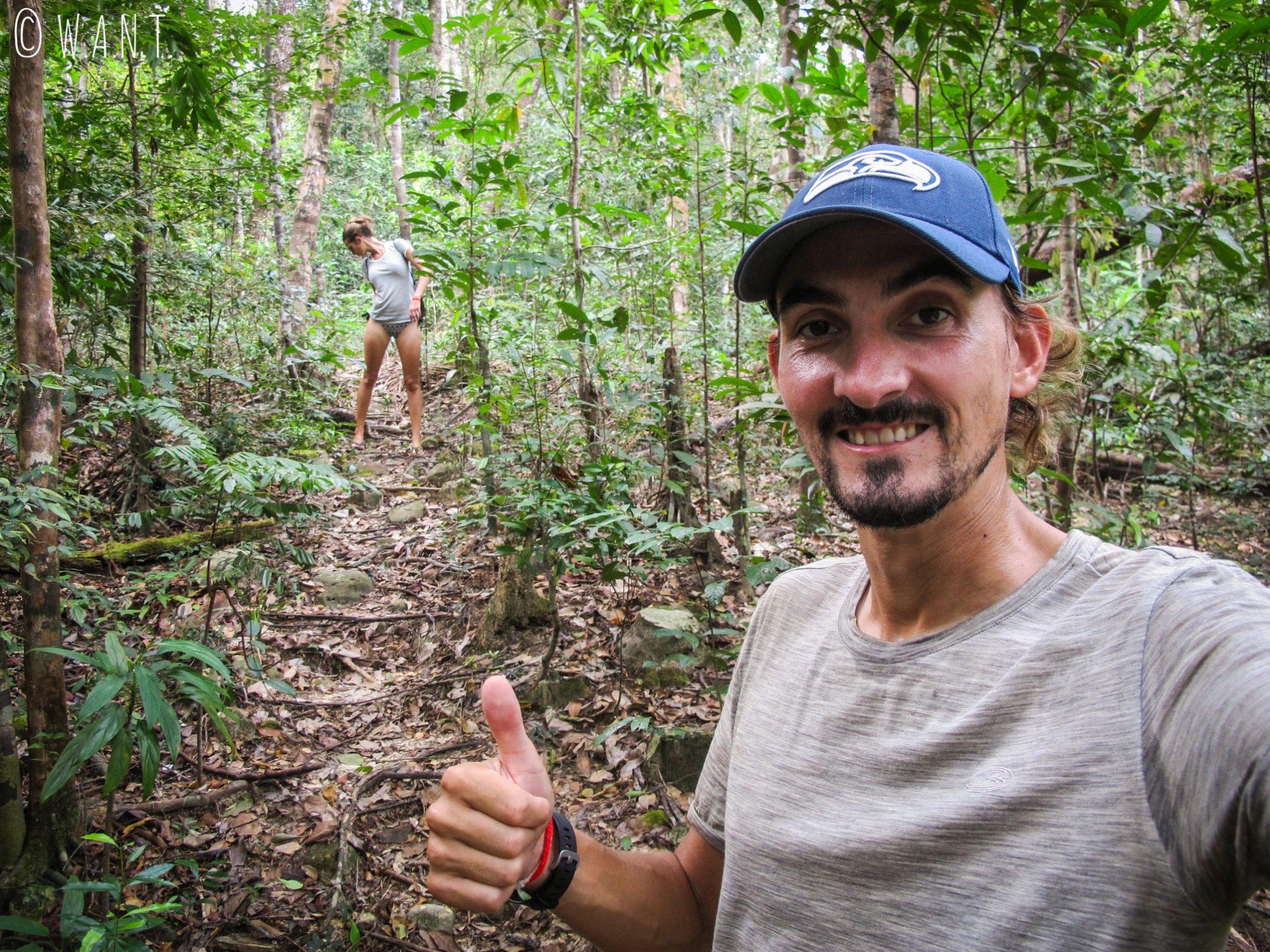 Benjamin tout souriant et Marion chassant des moustiques sur le chemin de Clear Water Bay