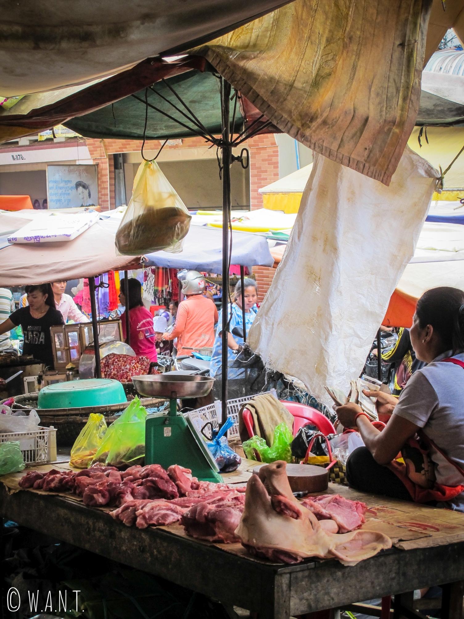 Boucherie en plein-air sur le marché de Kratie