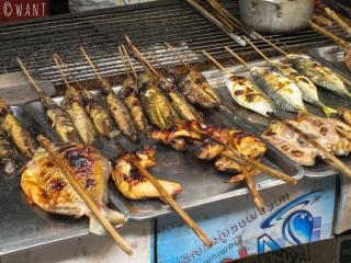Brochettes de poisson sur le marché aux crabes de Kep