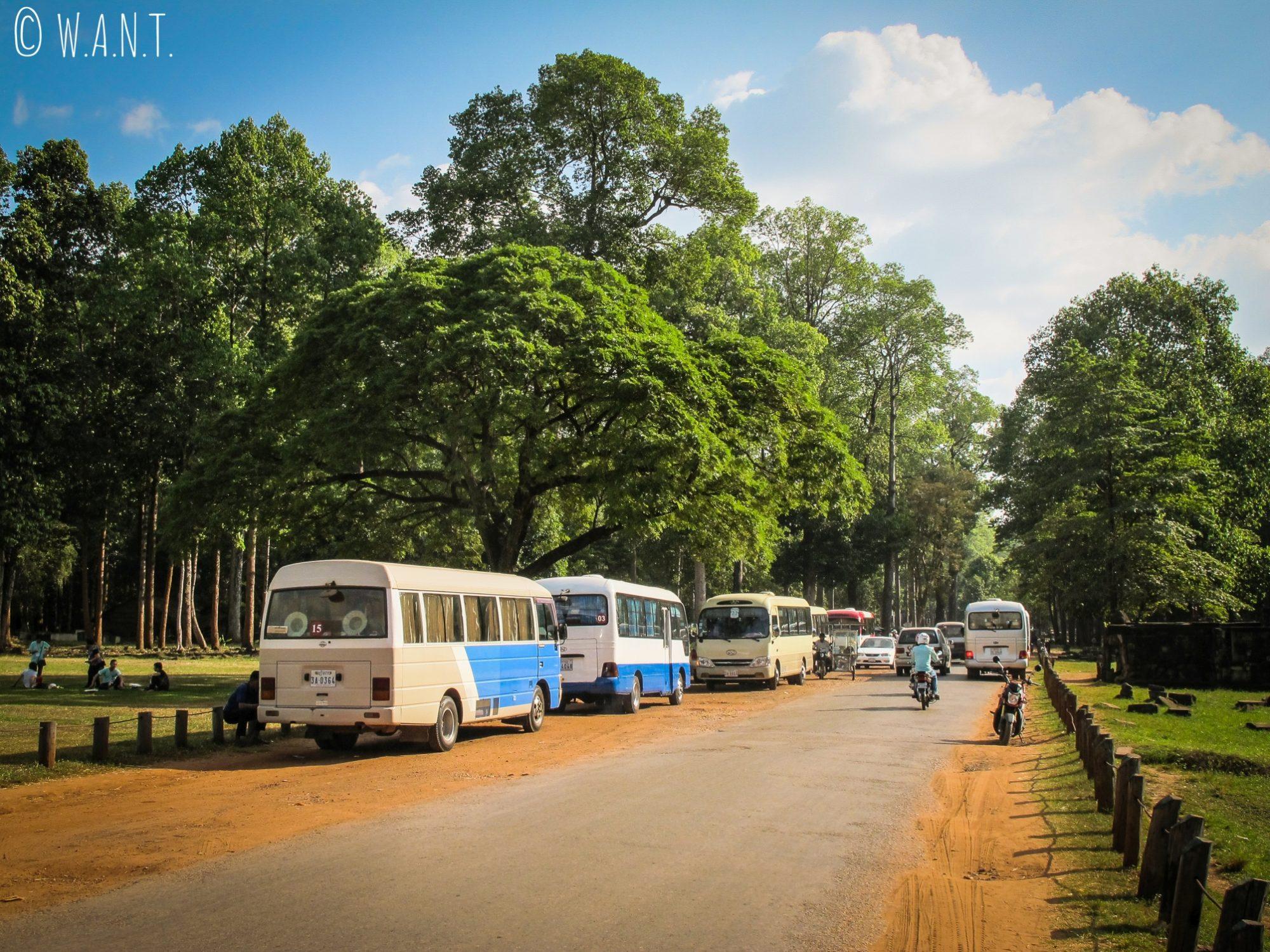 Bus dans l'enceinte d'Angkor Thom à Siem Reap