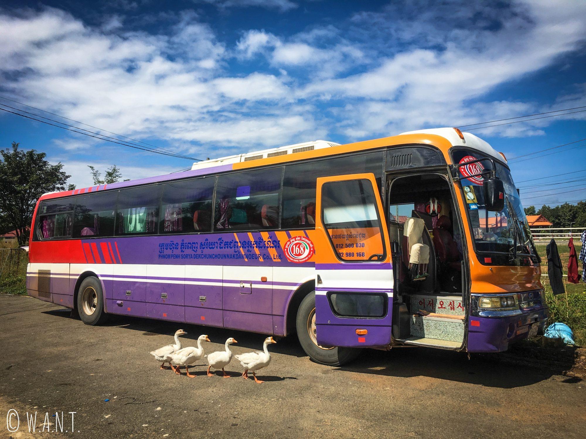 Bus nous permettant d'effectuer le trajet des 4,000 îles à Kratie
