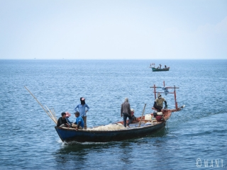 Ce bateau de pêche rentre à Kep pour vendre son butin de la journée